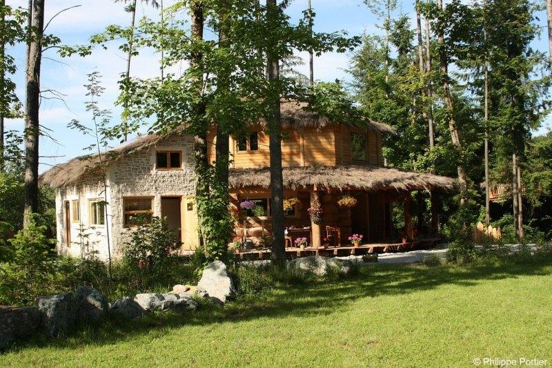le village cabanes des combrailles des cabanes dans les arbres. Black Bedroom Furniture Sets. Home Design Ideas